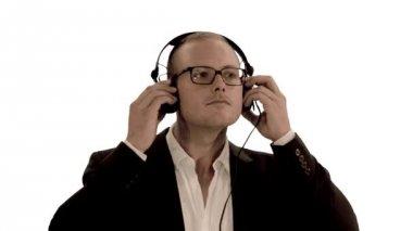 Man bär hörlurar lyssna på musik — Stockvideo