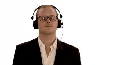 Man wearing headphones listening to music — Vídeo stock
