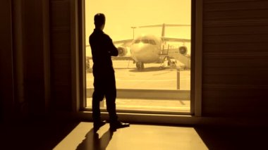 Passenger waiting for plane at airport — Vídeo stock