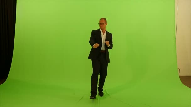 Man dancing against green screen — Vídeo de stock