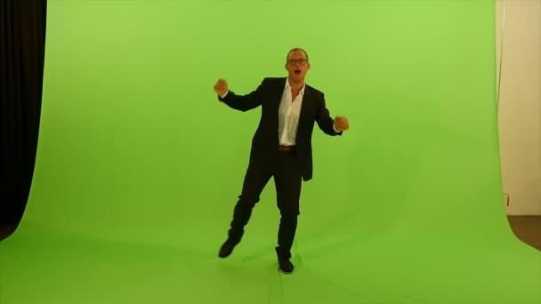 Hombre bailando contra pantalla verde — Vídeo de stock