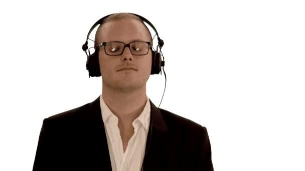 Man wearing headphones listening to music — Vídeo de stock