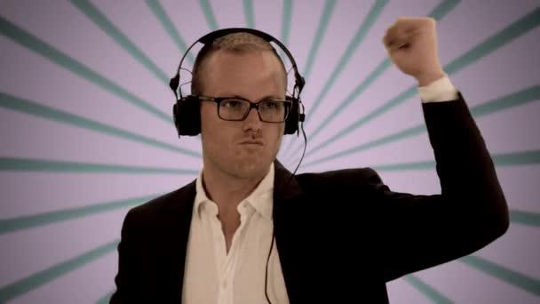 Hombre escuchando música con auriculares — Vídeo de stock