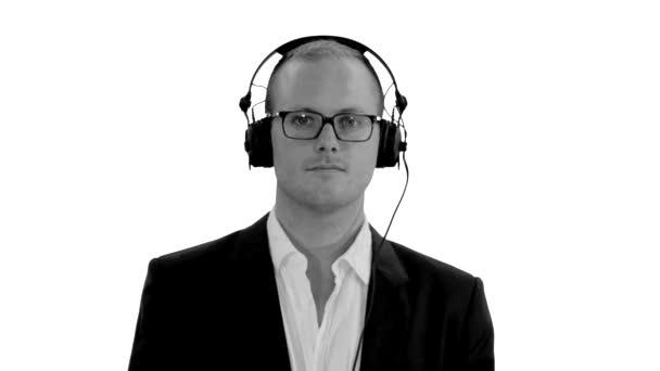 Man dancing against white background — Vídeo de stock