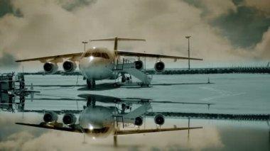 Havaalanı'nda uçak ayakta dock — Stok video