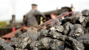 Menschen sind eine Kohle für Zug setzen. — Stockvideo