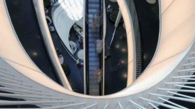 Mensen gaan op moderne roltrappen — Stockvideo
