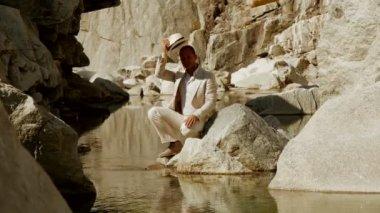 Man relaxing at mountain lake — Stock Video