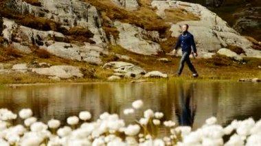 Adam dağ panorama yürüyor — Stok video