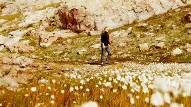 Adam dağ manzarası içinde yürüyor — Stok video