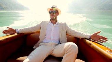 Uomo che si distende sul ponte della barca — Video Stock