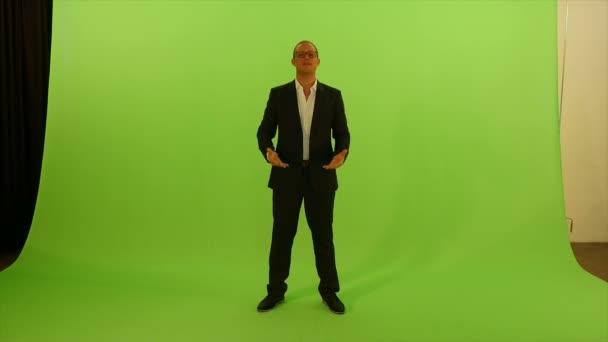 Retrato de hombre de negocios hablando — Vídeo de stock