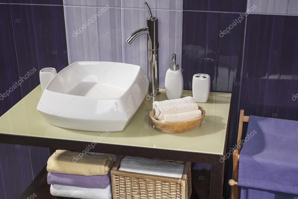 Detalle de un moderno cuarto de baño con lavabo blanco y ...
