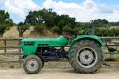 Tractor in the field — Stockfoto