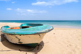 Ruined wooden boat on beach — Stock Photo