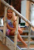 Flicka sitter på trappan — Stockfoto