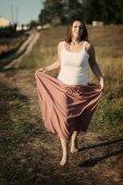 Meisje in een veld — Stockfoto