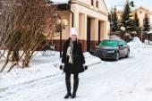Chica caminando en invierno — Foto de Stock