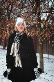 Ağaç dallarının yanında kız — Stok fotoğraf