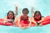 Друзья в бассейне — Стоковое фото