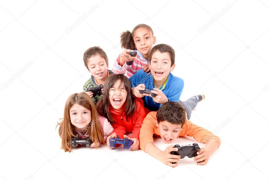 小孩子玩游戏在白色孤立