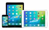 Apple iPhone 5s and two Apple iPad Air 2 with iOS 9 — Stock Photo