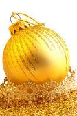 Gouden kerstmis bal geïsoleerd op witte achtergrond — Stockfoto