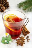 Glass of mulled wine in the snow — Stockfoto