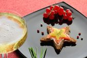 Smoked salmon canapé and glass of champagne — Stock Photo