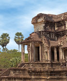 Ancient stone building in angkor under blue sky — Fotografia Stock