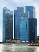 Glass skyscrapers overlooking the bay of Singapore — Stock Photo