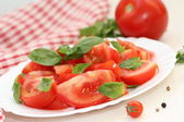 Salad with fresh tomatoes and greens — Stock fotografie