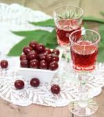 Cherry liqueur and fresh cherry — Stock fotografie