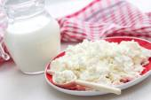 Fresh cottage cheese and milk — Stock Photo