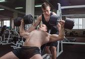 Atleta en el gimnasio — Foto de Stock