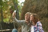 Paar unter Selbstportrait in der Nähe von Heuhaufen — Stockfoto