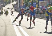 孩子们在基辅半程马拉松赛 inlineskating — 图库照片