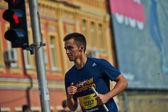 Hombre corriendo en la media maratón de Kiev — Foto de Stock