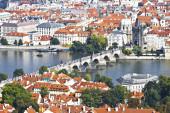 Praga, una vista superior de la ciudad y charles bridge — Foto de Stock