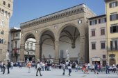 Tourists in front of the Loggia dei Lanzi — Stock Photo