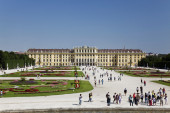 :Beautiful view of famous Schonbrunn Palace — Stock Photo