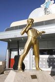 """Skulptur von Elvis Presley in der Nähe von Café """"Elvis"""" — Stockfoto"""
