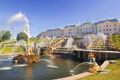 The Grand cascade of fountains in Peterhof sunny summer day — Stock Photo