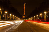 Traffic at night with the Berlin Victory Column — Foto Stock