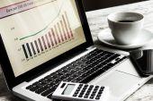 Analisando os gráficos com evolução taxa de câmbio euro dólar — Fotografia Stock
