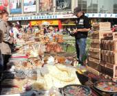 Outdoors retail of handicraft souvenirs — Stockfoto