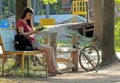 Reading a book in the park — Stock Photo