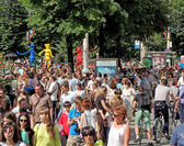 City dwellers look the street parade — Stock Photo