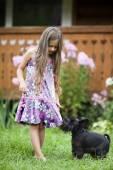 Niña jugando con su perro — Foto de Stock