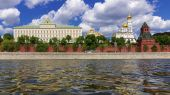 Ensemble of Moscow Kremlin view from the Kremlin embankment, Rus — Stock Photo